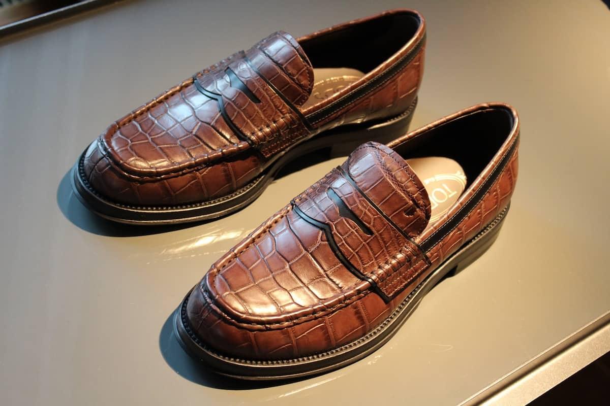 Scarpe Le scarpe da uomo sono molto di più di un dettaglio. A volte, completano il look e ne rafforzano lo stile: impossibile pensare ad uno smoking senza le sue stringate eleganti.